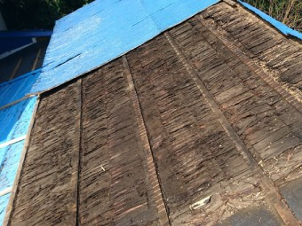屋根材をはがす様子