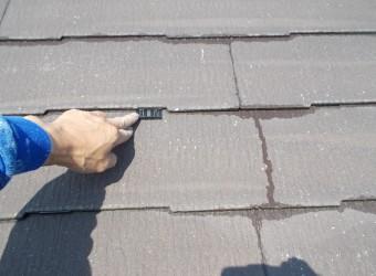 屋根材の重なった部分をタスペーサーで縁切りします